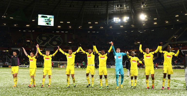 """Футболисты """"Анжи"""" благодарят своих болельщиков. Фото AFP."""