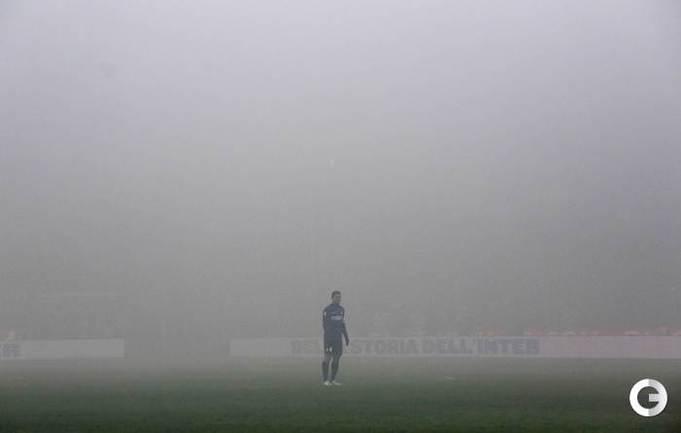 "24.02.2013. Милан. ""Интер"" - ""Милан"" - 1:1. Футболисты в дыму от фаеров. Фото REUTERS."
