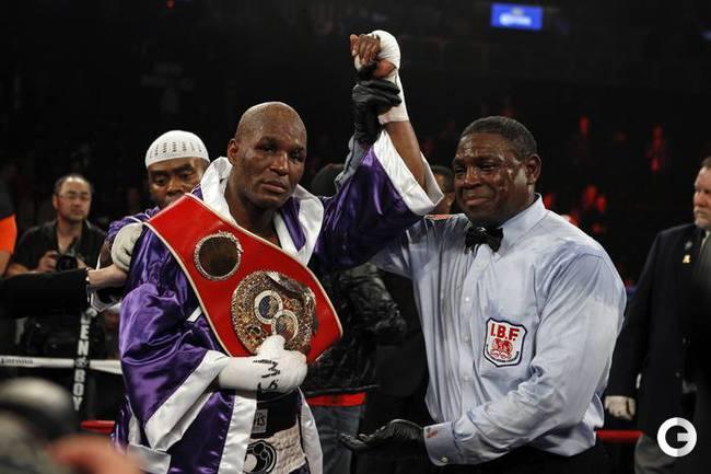 48-летний американец Бернард ХОПКИНС победил своего соотечественника Тейвориса Клауда, завоевал титул IBF в категории до 79,4 кг и стал самым старым чемпионом в истории.