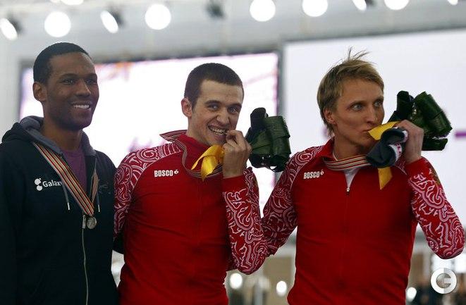Подиум дистанции на 1500 метров (слева направо): Шэйни ДЭВИС, Денис ЮСКОВ и Иван СКОБРЕВ.