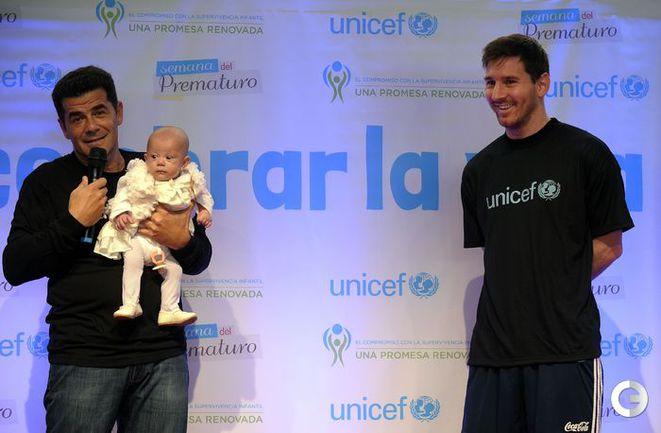 Лионель МЕССИ и ребенок. Фото AFP.