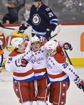 """Александр ОВЕЧКИН (в центре) принимает поздравления от своих партнеров по """"Вашингтону""""."""