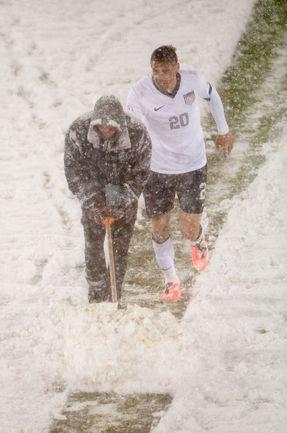 В Америке снег футболу не помеха. Фото AFP.
