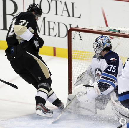 """Нападающий """"Питтсбурга"""" Евгений МАЛКИН забивает гол после возвращения на лед после травмы."""