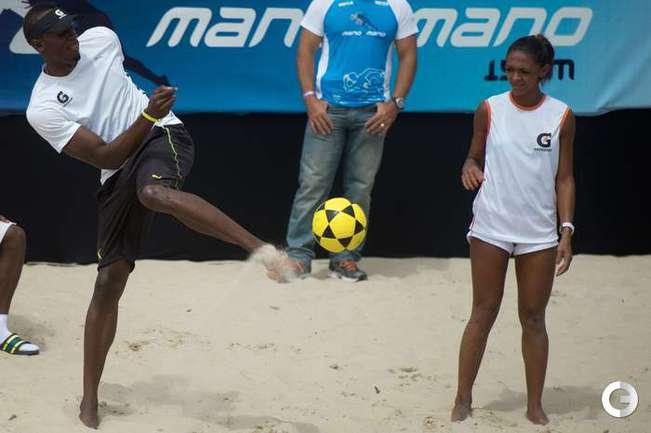 Усэйн Болт играет в футбол в Бразилии