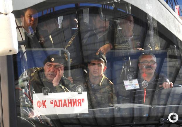 Леонид Слуцкий с командой ЦСКА в автобусе.