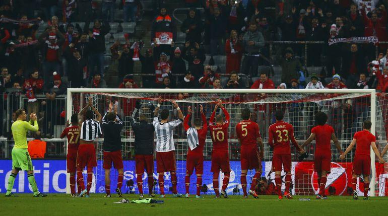 """Игроки """"Баварии"""" благодарят своих болельщиков за поддержку."""
