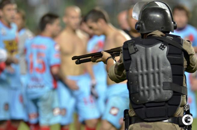 В Аргентине полиция спасает судей от футболистов