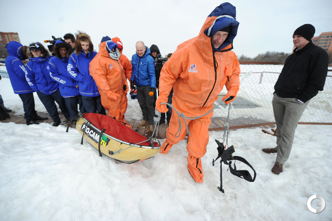 Перед походом на Северный полюс динамовцы нырнули в прорубь