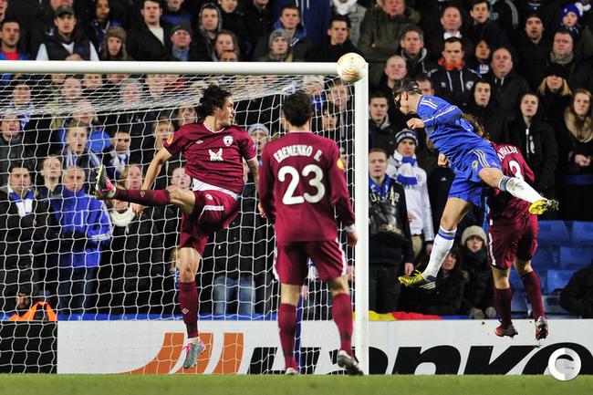 Фернандо Торрес забивает свой второй гол в ворота Сергея Рыжикова. AFP.