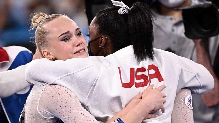 Симона Байлз поздравляет Ангелину Мельникову сзолотой медалью Олимпиады-2020 вТокио. Фото AFP