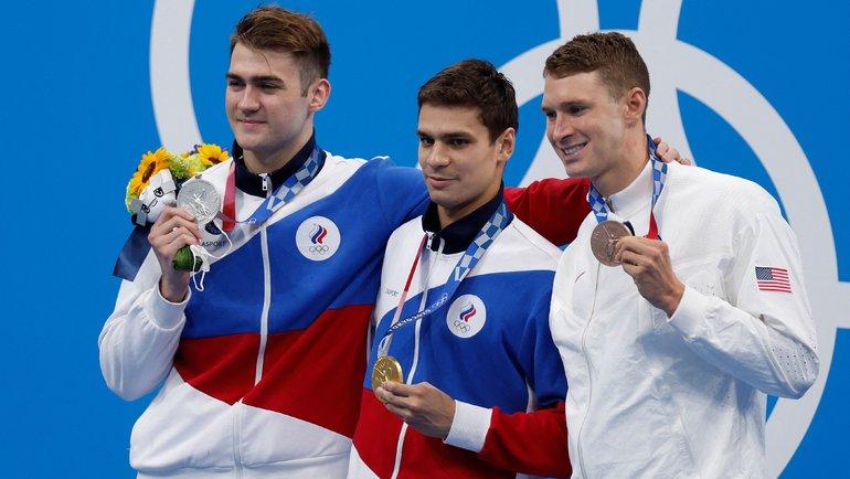 Россияне Евгений Рылов (вцентре), Климент Колесников (слева) иамериканец Райан Мерфи после финала на100м наспине. Фото AFP