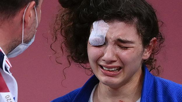 Мадина Таймазова неможет сдержать слез после победы впоединке забронзу. Фото AFP