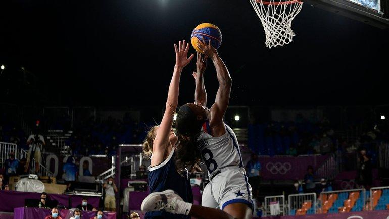 Ольга Фролкина борется самериканской баскетболисткой. Фото AFP