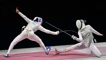 29июля. Токио. Марта Мартьянова (справа) вфинале командного первенства получила травму, нопродолжила выступление.