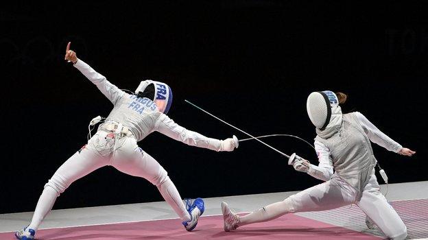 29июля. Токио. Марта Мартьянова (справа) вфинале командного первенства получила травму, нопродолжила выступление. Фото AFP