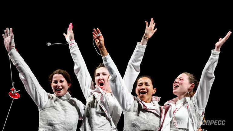 29июля. Токио. Инна Дериглазова, Лариса Коробейникова, Аделина Загидуллина иМарта Мартьянова (слева направо) радуются победе вфинале командного первенства пофехтованию нарапирах.