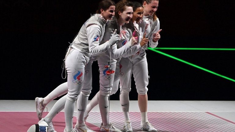 Инна Дериглазова, Лариса Коробейникова, Аделина Загидуллина иМарта Мартьянова— чемпионки Игр вкоманде рапиристок! Фото AFP
