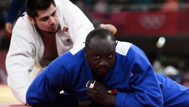 Тамерлан Башаев (вбелом) против Тедди Ринера. Фото AFP