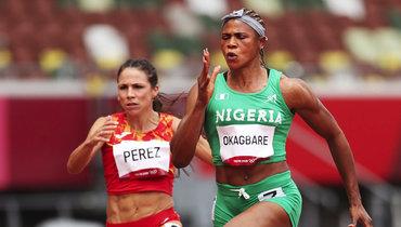 Блессинг Окагбаре (справа) изНигерии снята сполуфинальных забегов вТокио.