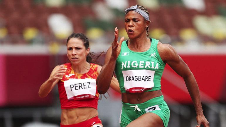 Блессинг Окагбаре (справа) изНигерии снята сполуфинальных забегов вТокио. Фото Getty Images