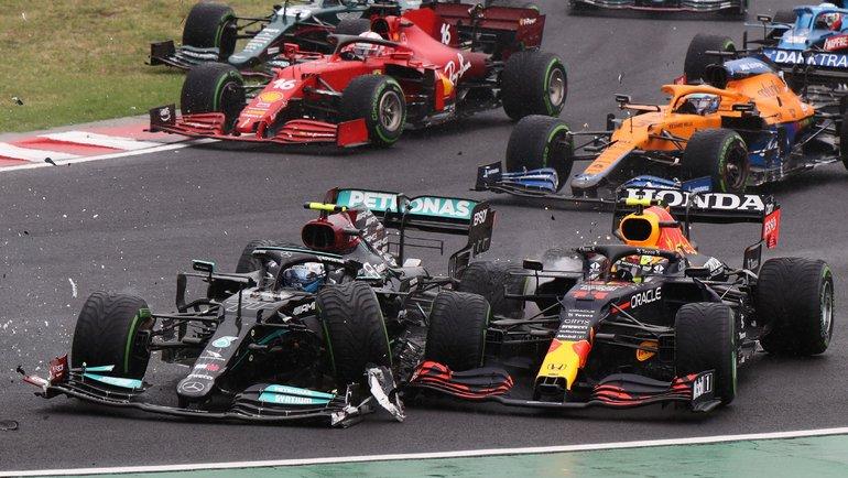 1августа. Будапешт. Столкновение Валттери Боттаса (слева) иСерхио Переса впервом повороте гонки. Фото AFP