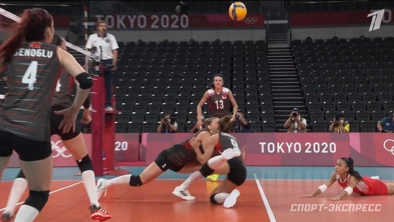 Турецкие волейболистки столкнулись вовремя матча сРоссией наОлимпиаде ивыбили зубы друг другу. Фото «СЭ»