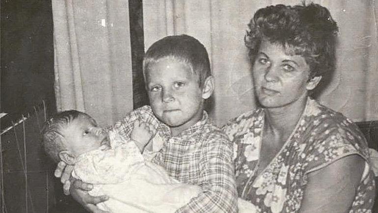 Александр Емельяненко с братом Федором и мамой. Фото Instagram