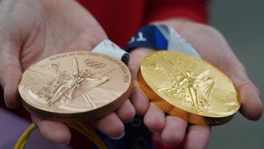 Медали Олимпиады-2020 внаших руках. Фото Павел Волков / «Известия»