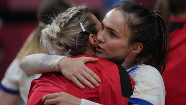Поцелуй Вяхиревой идовольный взгляд Трефилова. Сборная России погандболу вшаге отфинала Олимпиады
