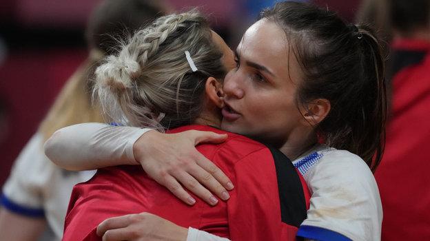 4августа. Токио. Черногория— Россия— 26:32. Анна Вяхирева поздравляет спобедой Полину Кузнецову.