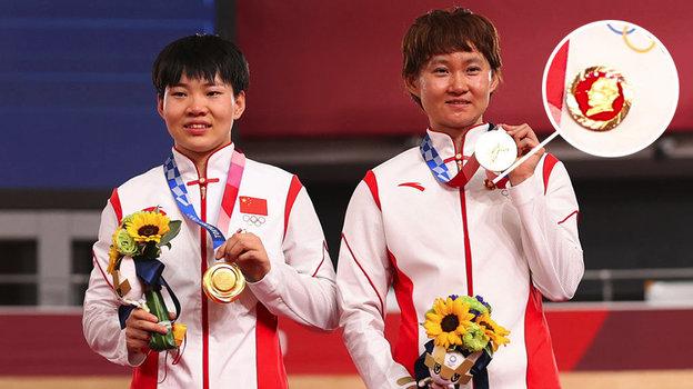 МОК изучает ситуацию скитайскими спортсменками Бао Шаньцзю иЧжун Тяньши, которые вышли наподиум после победного женского командного спринта созначками Мао Цзэдуна.