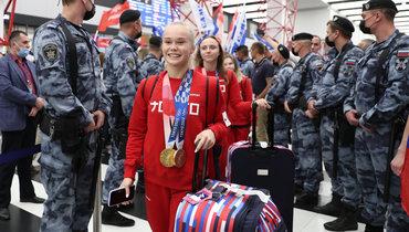 Российские гимнасты привезли медали Олимпиады вРоссию: ваэропорту ихохраняла Росгвардия