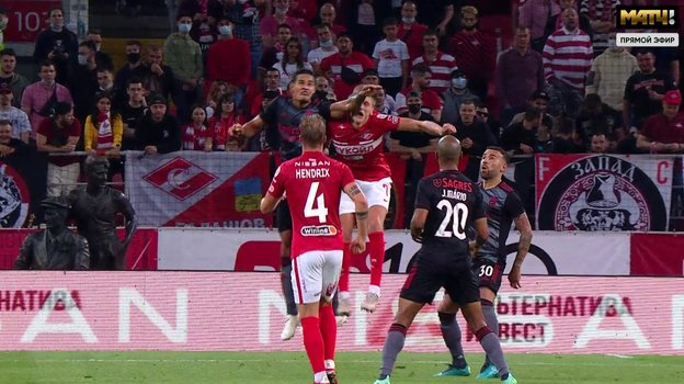 Лукас Вериссиму попал Соболеву левой рукой в лицо.