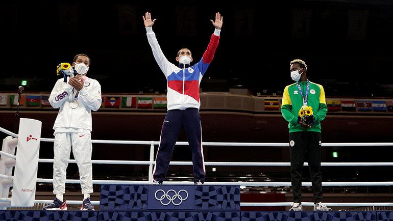 Самуэль Такий присматривается к золотой медали Альберта Батыргазиева. Фото AFP