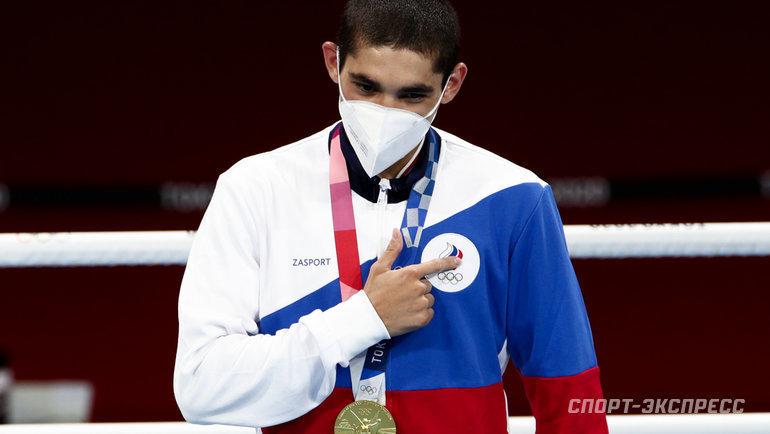 5августа. Токио. Олимпийский чемпион Альберт Батыргазиев показывает, кому посвятил свою победу.
