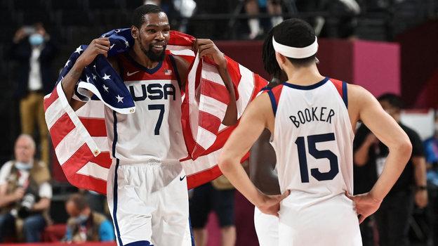Звезды сборной США Кевин Дюрант иДевин Букер после победы наОлимпийских играх вТокио. Фото AFP