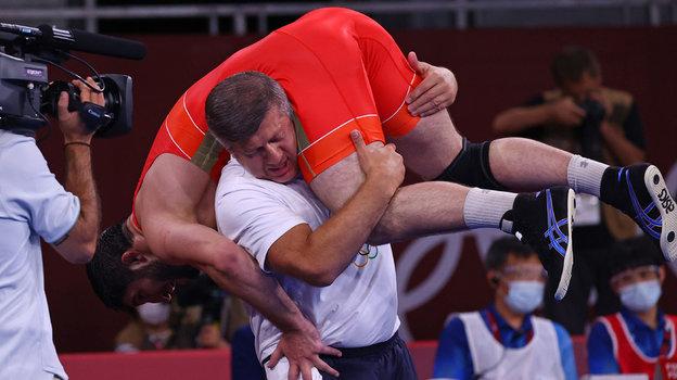 7августа. Токио. Абдулрашид Садулаев наплечах тренера. Фото Reuters