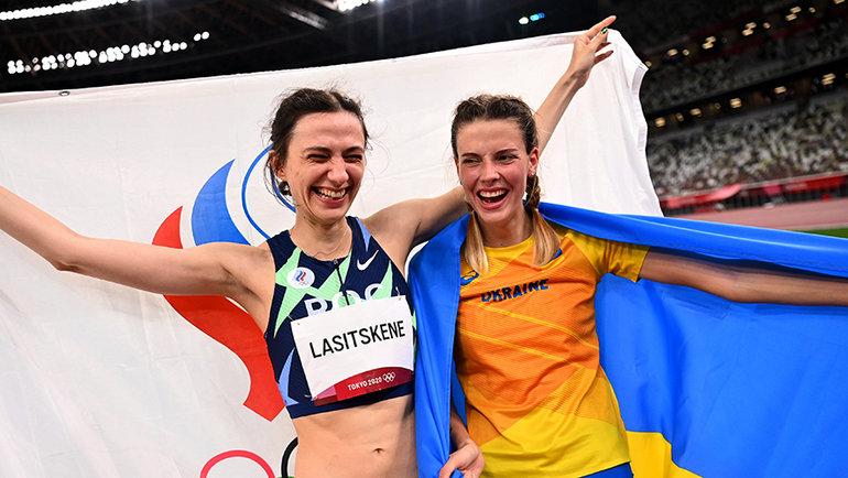Мария Ласицкене иЯрослава Магучих рядои иочень довольны. Надо разобраться. Фото Reuters