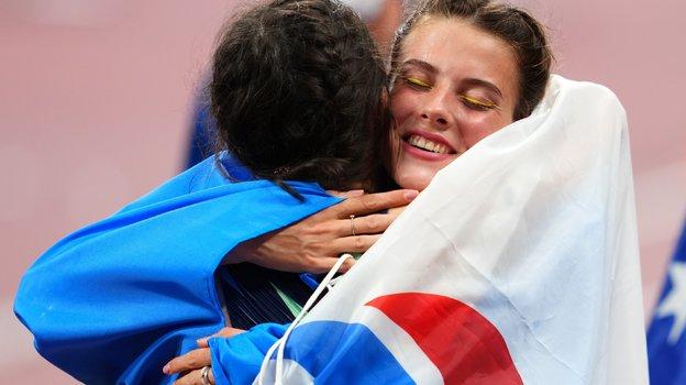 Ярослава Магучих обнимает Марию Ласицкене. Фото Reuters