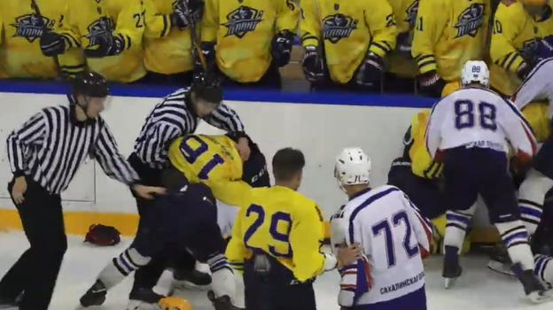 Хоккеисты «Сахалинских Акул» и «Атланта» устроили массовую драку.