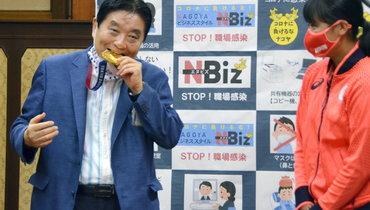 Олимпийской чемпионке заменят золотую медаль после того, как еенаграду укусил мэр Нагои
