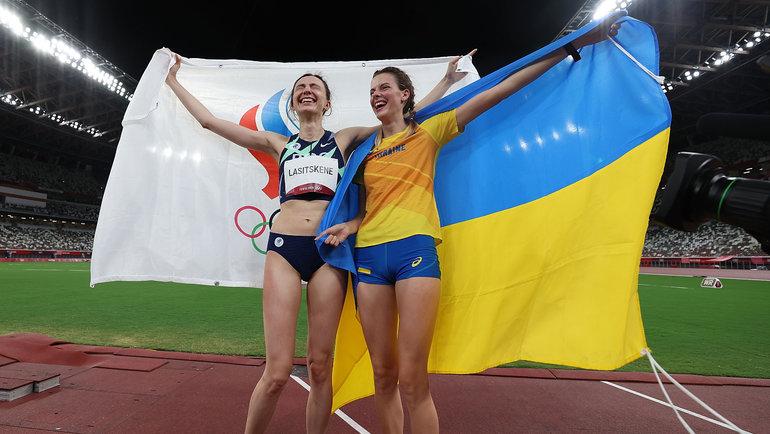 Главной конкуренткой Ласицкене считалась украинка Ярослава Магучих, которая стала третьей. Сразу после церемонии награждения Ласицкене сМагучих обнялись исфотографировались вместе. Наэтих фото Ярослава держит вруках флаг Украины, Мария— флаг ОКР. Позже обе спортсменки подверглись травле.