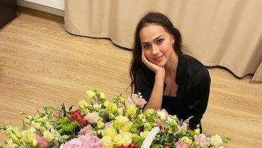 Алина Загитова показала фото согромным букетом цветов