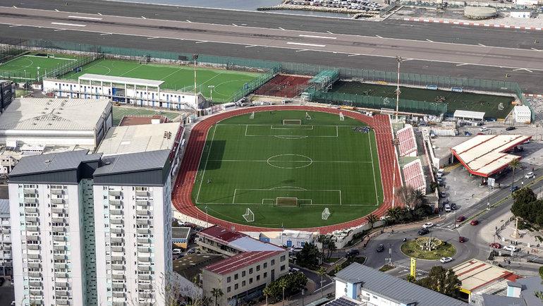 Victoria Stadium, Гибралтар. Стадион на5 000 сидячих мест был построен уподножия скалы, практически примыкая ктерритории аэропорта Гибралтара. Авовремя взлета или посадки самолетов матчи наполе прерываются.