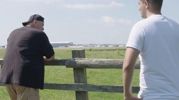 «Я смотрю на самолеты и представляю, как лечу в любую точку планеты. Кроме Америки».