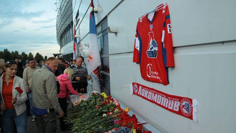 Болельщики возлагают цветы к «Арене-2000» впамять опогибших игроках «Локомотива». Фото Сергей Шубкин