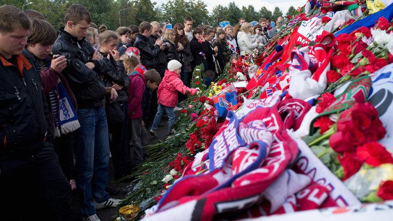 Болельщики возлагают цветы к «Арене-2000» впамять опогибших игроках «Локомотива». Фото Getty Images