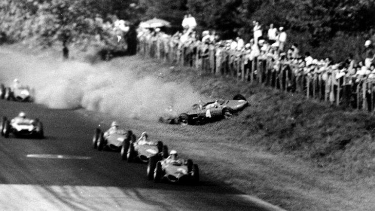 10сентября 1961-го случилась одна изсамых страшных аварий завсю историю Формулы-1. Столкновение Вольфганга фон Трипса наиДжима Кларка наLotus повлекло засобой смерть 14 болельщиков инемецкого гонщика. Напервомже круге Ferrari Вольфганга фон Трипса столкнулся сLotus Джима Кларка, наогромной скорости врезвшись вограждение, вылетела страссы прямо втолпу зрителей.