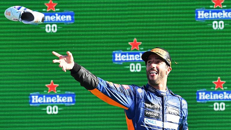 Даниэль Риккьярдо празднует победу сосвоим любимым ботинком. Фото Reuters